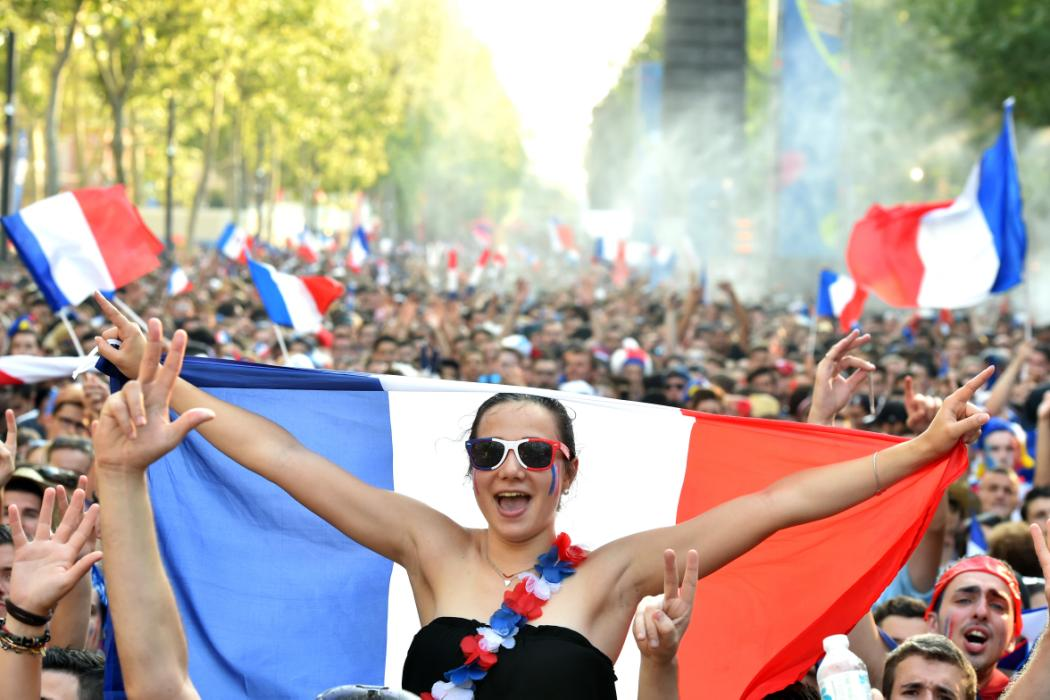 French supporters cheer in the fan zone in Toulouse, southern France, on July 10, 2016 prior to the Euro 2016 football tournament final match between Portugal and France. / AFP PHOTO / Rémy GABALDA