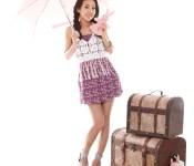 2NE1's Dara selling umbrellas