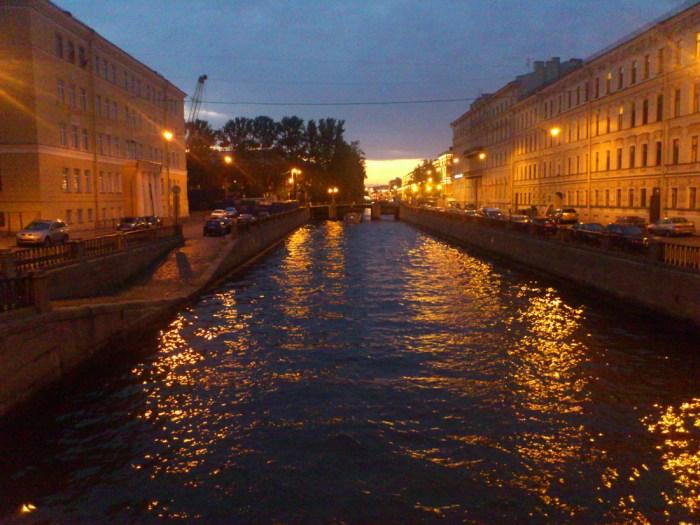 白夜に輝くサンクトペテルブルクの運河。