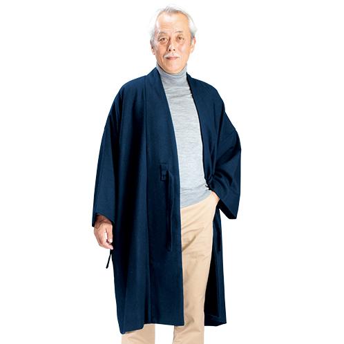 チノパンやジーンズ、セーターなどのカジュアルな服装にも合わせられる。着丈が長いので防寒着としても活躍する。