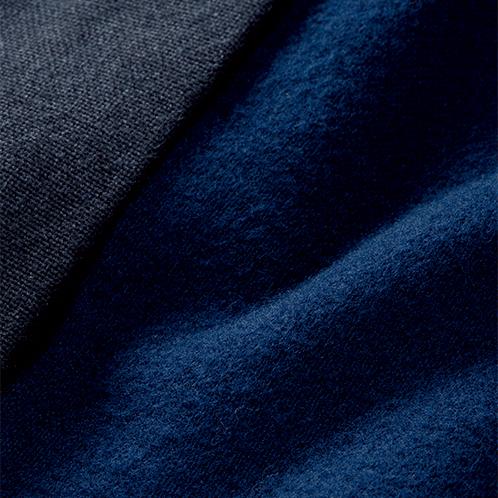 手紡ぎ風の厚手の生地を表地に、裏地には高級感があり暖かな綿スエードの生地を採用。起毛タイプなので暖かく、優しい肌触り。