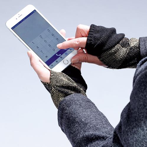 寒風の下、手袋を取らずともそのままスマートフォンのタッチ操作ができる。操作が済んだら先を伸ばしておくと指が隠れて温かい。