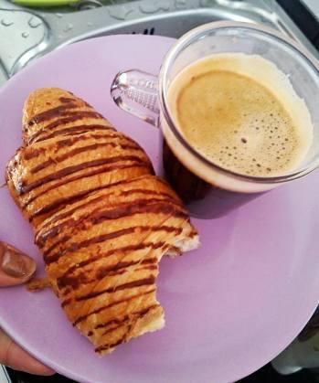 croissant si cafea espresso