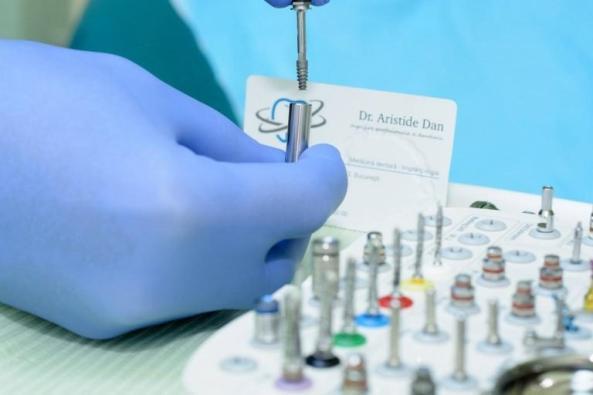 implant-dentar-ieftin-768x512 (1)