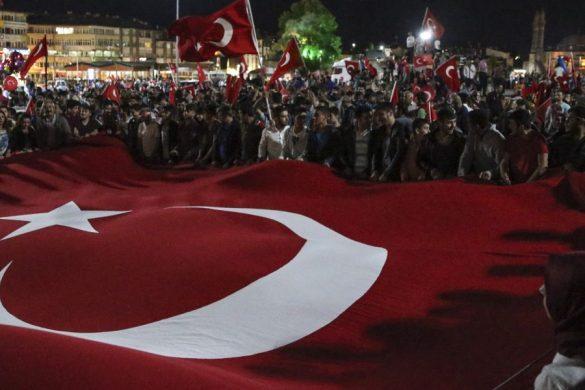 """Fetullahçı Terör Örgütü'nün (FETÖ) darbe girişiminin ardından, Sivas Cumhuriyet Meydanı'ndaki """"demokrasi nöbeti"""" sürüyor. ( Serhat Çağdaş - Anadolu Ajansı )"""