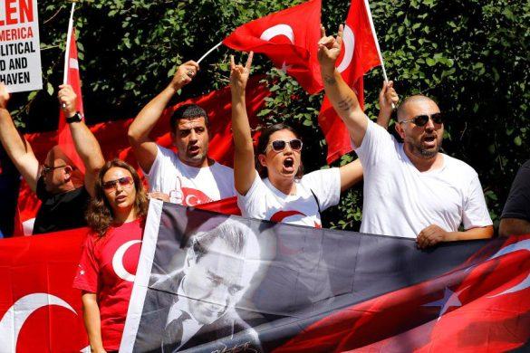 """ABD'de yaşayan Türkler, Cumhurbaşkanlığı himayesinde, İstanbul Valiliği ve Büyükşehir Belediyesi desteğiyle Yenikapı Miting Alanı'nda düzenlenen """"Demokrasi ve Şehitler Mitingi""""ne destek vermek için Fetullahçı Terör Örgütünün (FETÖ) elebaşı Fetullah Gülen'in ve yakın çevresinin ikamet ettiği kompleksin giriş kapısının önünde toplandı.  ( Volkan Furuncu - Anadolu Ajansı )"""