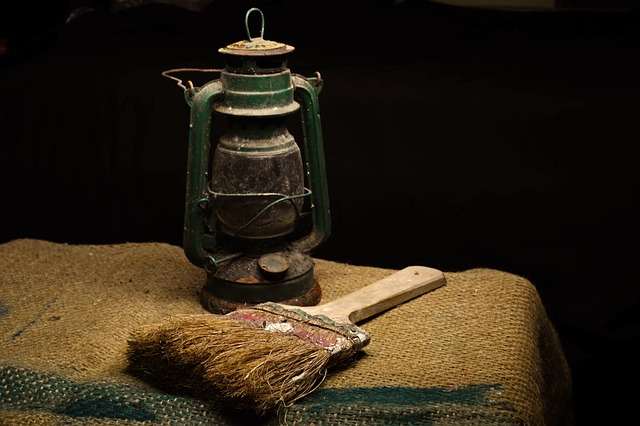 lantern-and-brush-250023_640