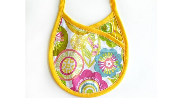 Free pattern: Crossover style baby bib