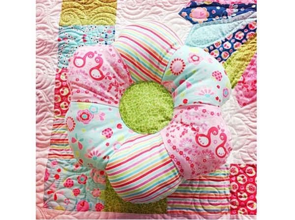 Tutorial: Pieced flower pillow
