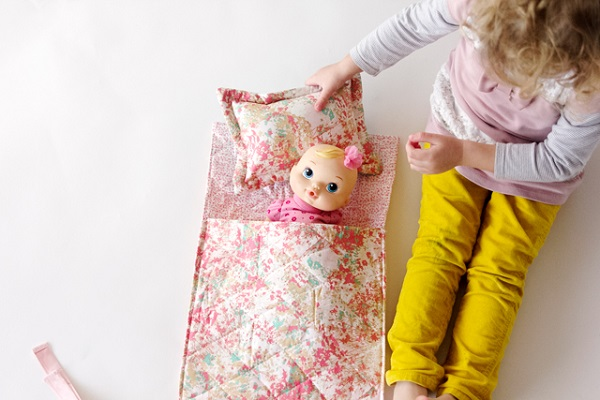 Tutorial: Easy doll sleeping bag and pillow Sewing