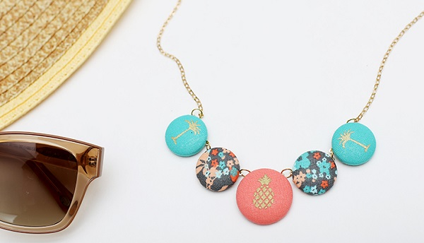 Tutorial: Fabric covered button necklace