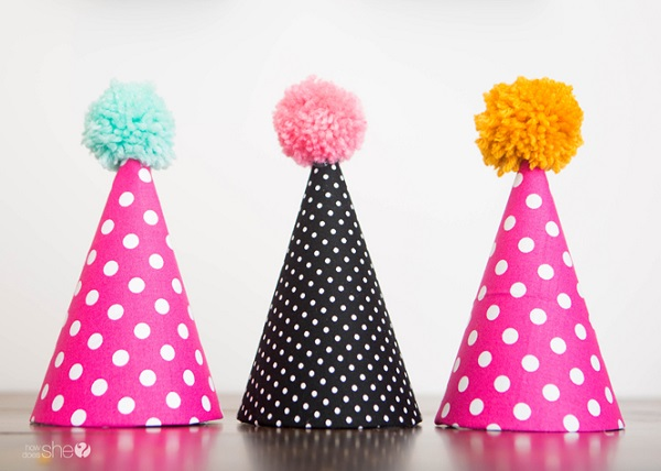 Tutorial: Fabric party hats with pom poms