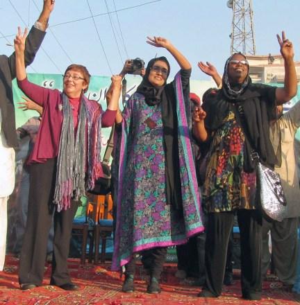 Sara Flounders, Fowzia Siddiqui, Cynthia McKinney support Dr. Aafia Siddiqui Karachi, Pakistan 120212 by Altaf Shakoor