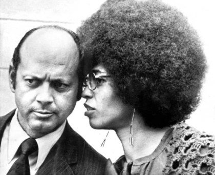 Defense atty Leo Branton Jr., Angela Davis confer San Jose trial 1972 by AP