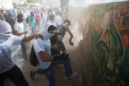 Venezuela anti-gov protesters destroy mural wall for rocks to throw 0214 by Rodrigo Abd, AP