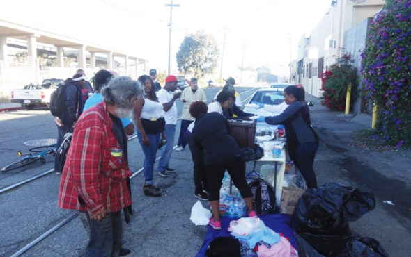 Oakland residents bring meals and needed supplies to their homeless neighbors. Meanwhile, other affluent residents are demanding that city officials order the police to dismantle and evict homeless encampments. – Photo: Kwalin Kimaathi