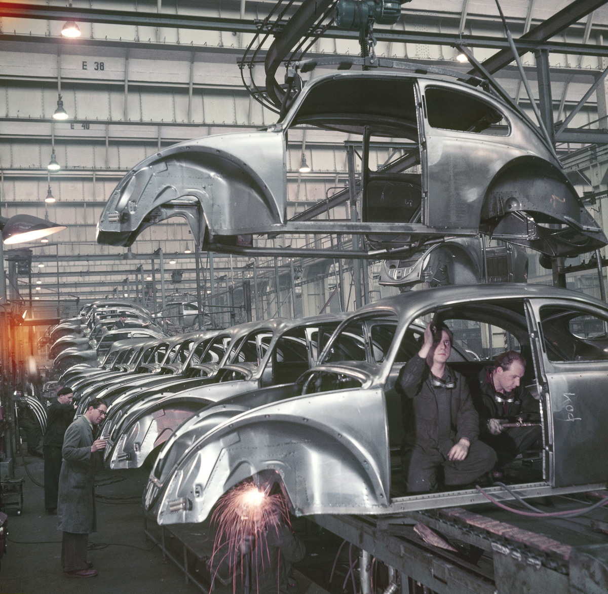 Germany, car industry. Economical miracle. Production of the Volkswagen Beetle at the VW plant in Wolfsburg - 1952 Picture: Wolff & Tritschler