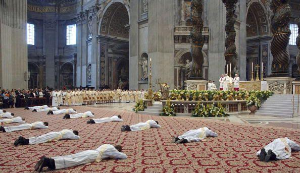 http://i1.wp.com/shadows15.files.wordpress.com/2007/11/prostrate-to-pope.jpg?resize=594%2C343