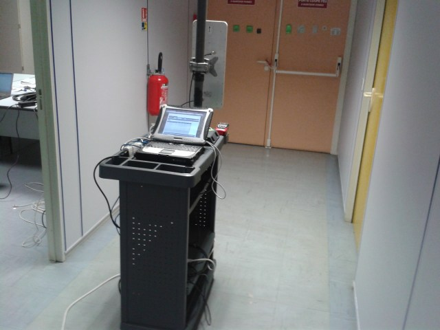 RFID reader with antenna on a trolley