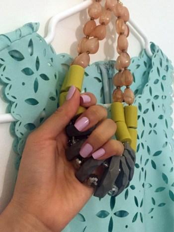 搭配洋裝,今天特地跑一趟美甲店擦上紫粉色指甲油。