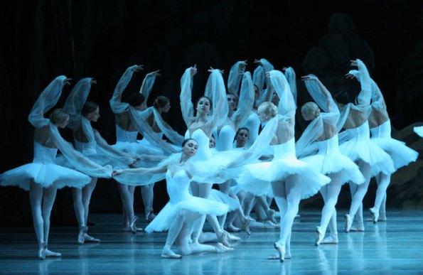 La Bayadère 劇照:32 名身著白色的芭蕾舞者讓生死離別染上夢幻般的色彩,更讓人患得患失。(Image Credit: Mariinsky Ballet)