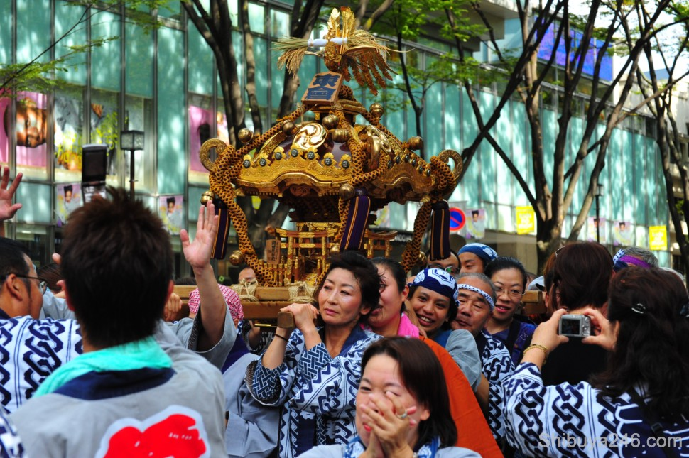 The mikoshi works its way through the crowd