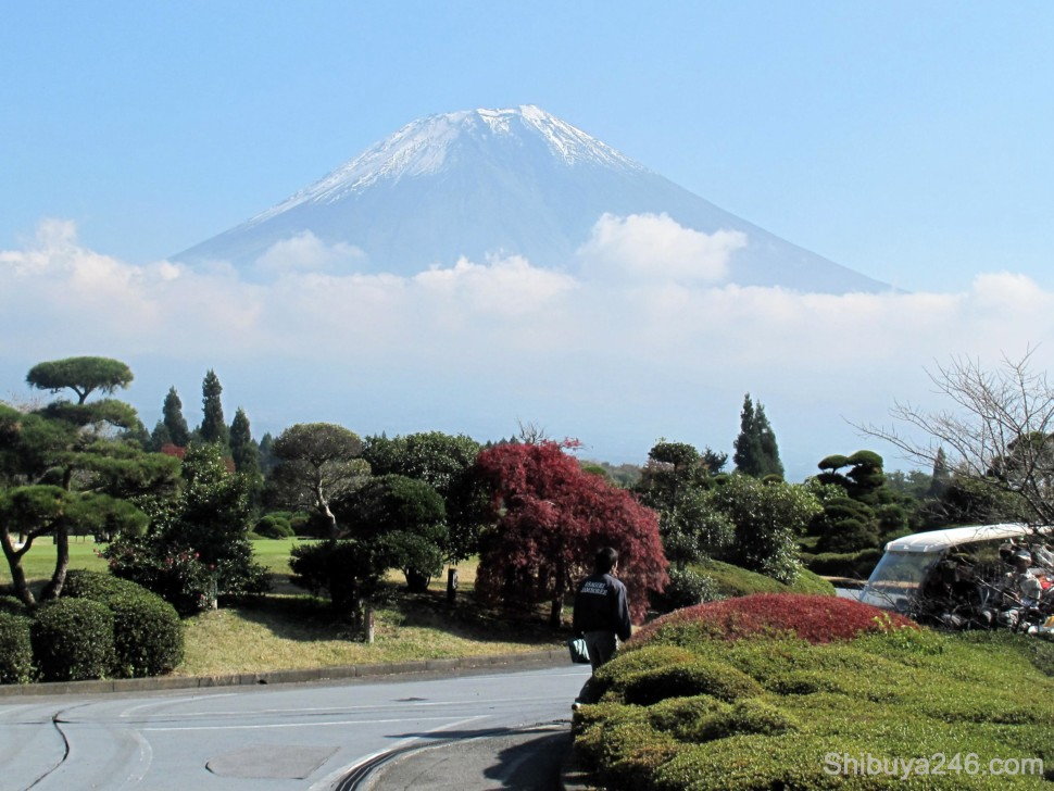 Coming in for lunch, the weather had cleared even more and the color of Fuji-san was looking much clearer. This is in front of the club house