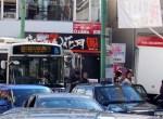 菊名駅東口では路線バス、タクシー、自家用車が入り乱れるなかで、なんとなくタクシー乗場らしき場所がバス停横に設けられている