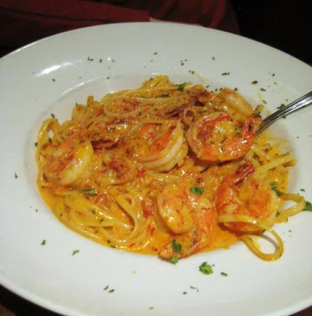 Linguine con Gamberi - Linguine paste with black tiger shrimps and grilled leeks in a sundried tomato paste cream sauce