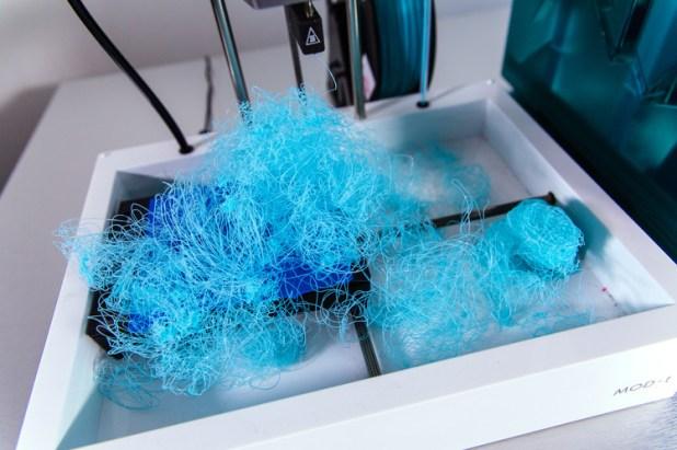 ニューマター社のプリンターから出てきたスパゲティ状のプラスチックの束