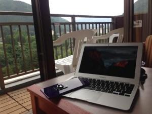 三日月ホテルとMacBookAir
