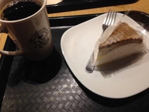 ブログ書きながらケーキ