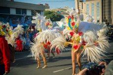 Карнавал на Тенерифе — девушка в карнавальном костюме с белыми перьями
