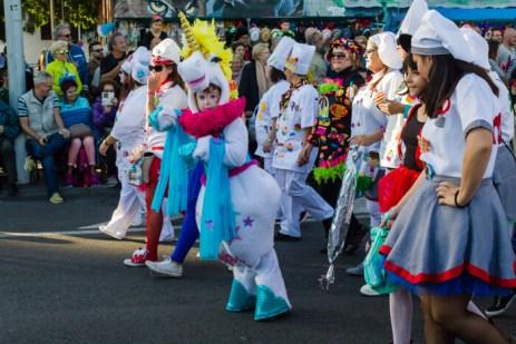 Главное шествие карнавала на Тенерифе в 2016 году — участница шествия в костюме единорога