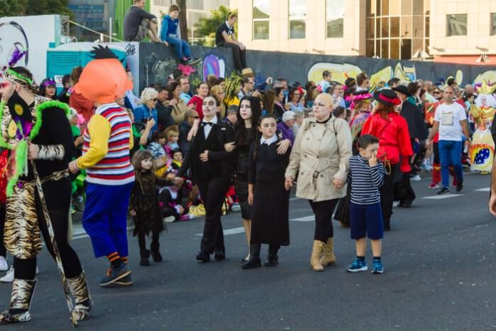 Главное шествие карнавала на Тенерифе в 2016 году — семейка Адамс
