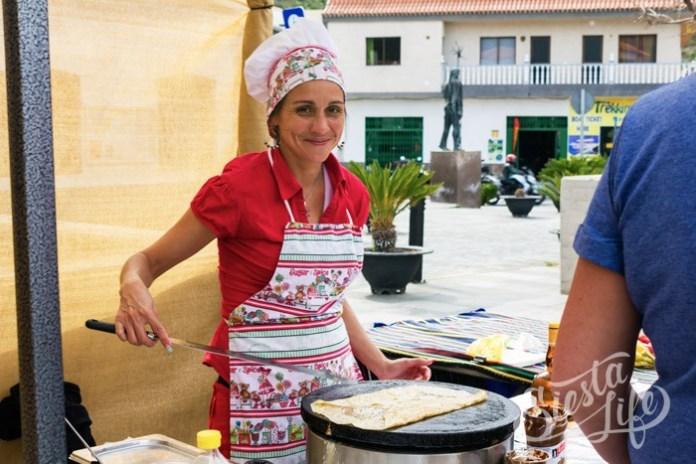 Испанка печет блины на ярмарке в Сантьяго-дель-Тейде