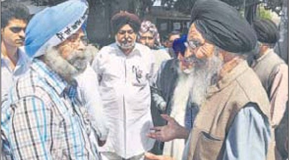 AAP's candidate for Lok Sabha elections, HS Phoolka (left), interacting with villagers near Ludhiana