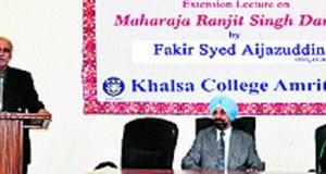 Pak scholar Fakir Syed Aijazuddin interacts with students of Khalsa College in Amritsar