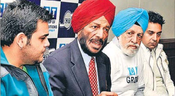 Veteran athlete Milkha Singh, along with music director Sachin Ahuja (left) and noted Punjabi singer Kamal Heer (extreme right), in Jalandhar