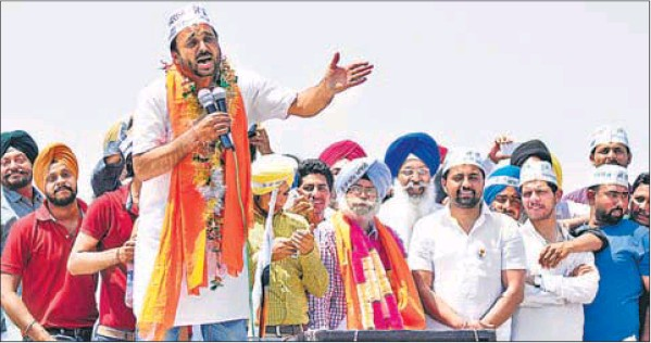 Comedian and AAP candidate from Sangrur Bhagwant Mann campaigning for party's Ludhiana candidate HS Phoolka (centre, garlanded) at Narangwal village in Ludhiana on Wednesday