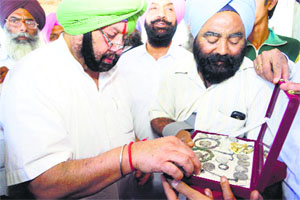 Congress candidate Capt Amarinder Singh looks at ancient coins and other articles recovered from Kalianwala Khu in Ajnala