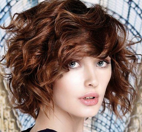 Messy hairstyle for oval face