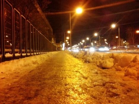 Slavonska – nogostup i biciklistička staza pod ledom. S druge strane snježnog zida skrivena je čista i suha površina kolnika za motorni promet.   Izazov bilo kome u gradskom poglavarstvu: bi li itko sa mnom u vožnju od Vjesnika do Hypo centra po ovoj stazi?