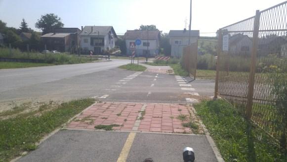 Dvosmjerna staza odgovarajuće širine sa zaštitnim pojasom prema cesti, propisno označen prijelaz, potpuno upušteni rubnjaci, korišten bojani kamen umjesto kliske i kratkotrajne boje - e kad bi recimo u Zagrebu htjeli učiti od križevačkih projektanata i izvođača!