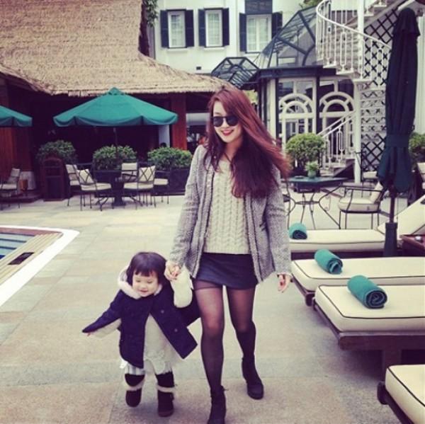 Bà mẹ trẻ Mi Vân hạnh phúc bên con gái điệu đà.