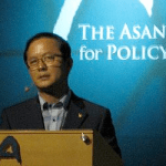 Former North Korean Professor Kim Heung-kwang speaking at Asan on June 21 | via NKnews.