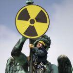 Brandenburg via Le Monde_des-manifestants-anti-nucleaires-deploient-un