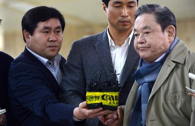 Lee Gun-hee arrives in Seoul on April 6 | image via Hankyoreh