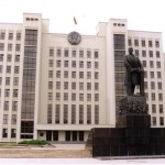 Belorussian parliament building with statue of VI Lenin.   Image: Wikicommons