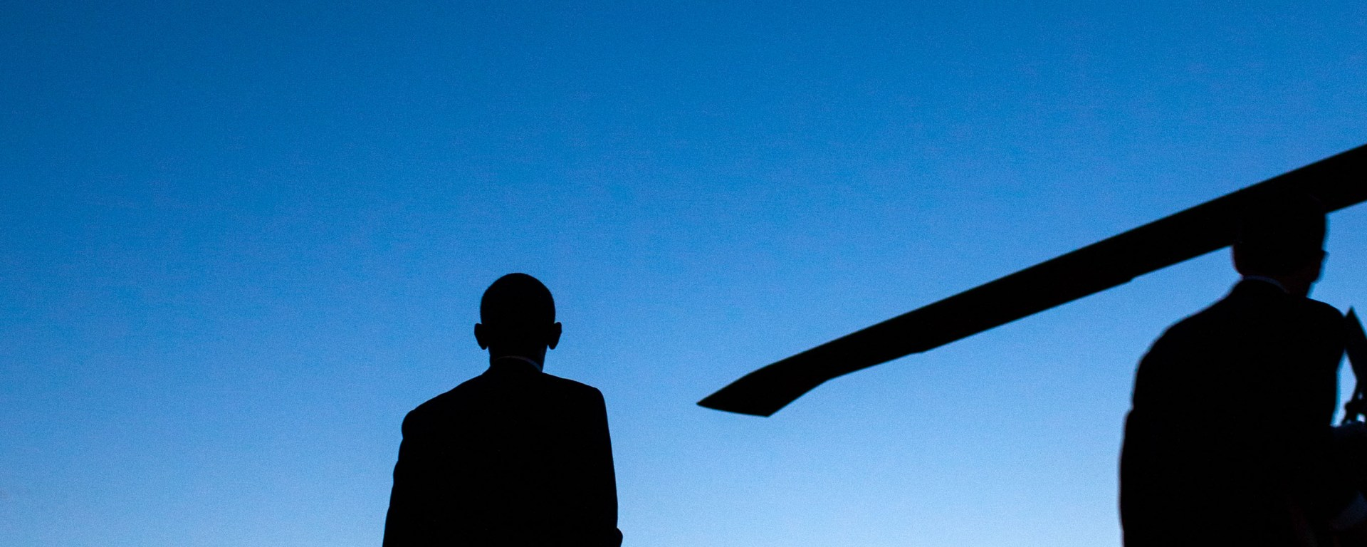 Barack_Obama_looks_at_the_moon_and_Venus